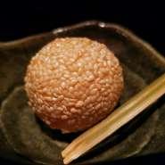 とろっとした黒胡麻餡の胡麻だんご。 胡麻の風味がたまらない、温かい甘味です。