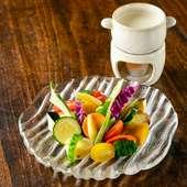 新鮮野菜がクセになる。味わい深い濃厚ソースが絶品な『バーニャカウダ』
