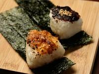 〆に食べたい! 赤味噌と白味噌の焼きおにぎり『味噌おにぎり』