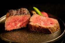 極上の肉・厳選の野菜を炉窯で焼き上げました。口の中で広がる香りと旨味をご堪能ください。
