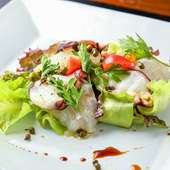 夏のコースの前菜の一例。ピリリと爽やかな自家製山椒醤油が効いている『鯛の昆布〆と蛸のカルパッチョ』