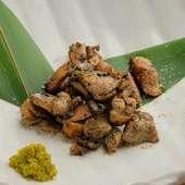 コク深い味わいがジュワッと広がる『鶏ももの炭塩炙り』