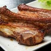照り焼きのような風味の骨つき肉をがっつり豪快に食べる『骨付きスペアリブ』