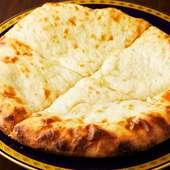 圧倒的なチーズの量とボリュームに大満足『チーズナン』