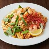 米粉をベースにした平打ちの麺と野菜・魚介などを一緒に炒めた国民食『パッタイ』