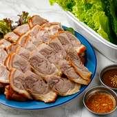 注文を受けてから丁寧にカット。骨付き燻製の『豚足』(4500円)