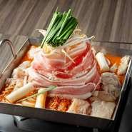 店主の名を冠した創作鍋も超絶美味! 熊野牛ほるもん・豚バラ肉・鶏肉の3種のお肉、新鮮野菜、自家製出汁がお互いの旨みを引き立て、元気が出るおいしさ。醤油・赤(辛味噌)・白(白味噌)の3種の味をご用意。