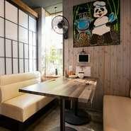本格&新感覚の中華料理をオシャレに楽しめるダイニング。女性同士でのお食事、デート、お子様連れのファミリーが心地よく憩える雰囲気です。店名にちなんだ大熊猫(パンダ)グッズや小物の多さも食事中の楽しみに!