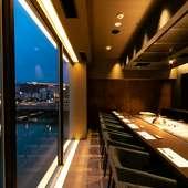 夜景を一望。ロマンチックなカウンター席で過ごす、特別な時間