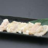 厳選した牛モモ肉を塩漬けし、じっくりと低温調理。きちんと火が通っているものの、生肉と遜色のない食感と味わいが楽しめると評判です。焼肉の箸休めにもオススメの一品は、日本酒との相性もぴったりです。