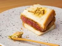 """""""肉の王様""""シャトーブリアンを大胆にサンドイッチに。お肉を際立たせるよう、パン生地は炭火でややしっとり焼き上げています。いぶりがっこ入りのタルタルソースで味にアクセントを加えていくのもオツな逸品です。"""