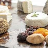 千葉県にあるチーズ工房千さんのナチュラルクラフトチーズ。西日本でお召し上がりいただけるのは、当店だけとなっております。