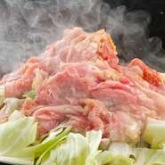 米沢牛のお膝元であり、羊肉食の文化は根付いていなかった米沢で1958年に創業し、一貫して羊肉の魅力を発信し続けている同店。今や米沢市民のソウルフードともなった名物『義経焼』は、必食です!