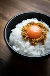 330時間以上熟成発酵させた自家製マスタードに、山形県花の「紅花」の実を食べて育った鶏の高級卵「紅花卵」の黄身だけを贅沢に使用しました。 契約農家直送、米沢産つや姫の白米と一緒にお召し上がり下さい。