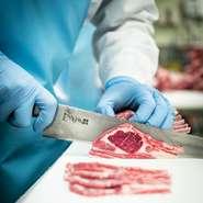 お肉は生産段階から一切冷凍することなく、厳重な温度管理のもと28日間以上熟成させます。その後、当店の職人が長年培った経験により、匂い・味・色・触感で品質を吟味し部位の特性に合わせて手切りして提供します。