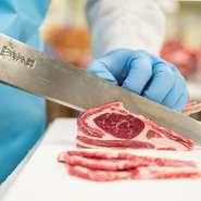 羊肉を熟知した職人が肉質や部位の特性にあわせて最適な厚みで手切りした羊肉は、おいしさを最大限に引き出したもの。『愛盛りジンギスカン』をはじめ、部位により熟成度合いも調整。最適な状態で提供しています。