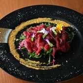 ハーブ、辛子味噌と絡めて食べる『馬刺しのカルパッチョ』