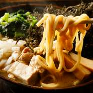 【蒲田いっ家】の看板メニューともいえる『煮干豚骨ラーメン』は、煮干と豚骨のコラボレーションから生まれたやみつき必至のおいしさ。どろりと濃厚なスープが、こだわりの中太ストレート麺によく絡みます。