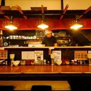 JR蒲田駅東口から徒歩2分という好立地。ビジネスマンも多い土地柄、サービスのスピーディさもうれしいポイントです。居心地の良いカウンター席もあるので、一人でのサクッとランチや飲みの〆ラーメンにもぴったり。