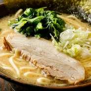 横浜家系ラーメンの流れをくむ、ベーシックな豚骨醤油ラーメン。クリーミーなコクまろ味ながら、一切の臭みを感じさせないスープが魅力です。「家系は苦手」という人にもぜひ一度食べてみて欲しい自慢の一杯です。