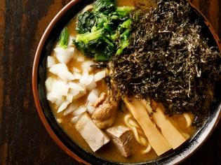麺に絡む濃厚スープが魅力『煮干豚骨ラーメン』