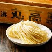 いわゆる家系の定番と比べるとやや細めの中太ストレート麺は、横浜の生中華麺専門業者「丸高製麺」のもの。前オーナーの時代から、40回以上の試作を重ねてこだわり抜いた麺は、自慢のスープによく絡みます。