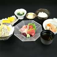 マグロ・〆サバ・白身魚の炙りなど、毎日市場で厳選した鮮度抜群の旬の刺身を楽しむ定食メニュー。『刺身御膳』は、刺身4種・天ぷら4品・小鉢・煮物・御飯・赤出汁・新香・デザートのセットとなります。