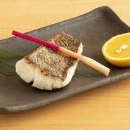 焼き魚も自慢。熟成させてから焼くことで、素材本来の旨味を凝縮しています。鯛やサワラ、ブリなどが味わえることが多いのだそう。お酒が進む奥深い味わいです。※写真は『熟成天然鯛の塩焼き』