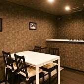 テーブル席は10名までの貸切で利用可能。誕生日や特別な宴に
