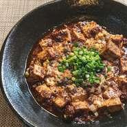 四川山椒と四川唐辛子の辛さをベースに、手作りラー油と山椒油で香りをつけた、香り高い一品。芳醇で食欲をそそる中にも、ピリリと痺れる辛さが癖になりそうな味わいです。