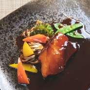 オープン当初から不動の人気メニュー。黒酢で豚肉を煮込み、揚げずにそのままで提供する柔らかな食感が特徴。隠し味にざくろのソースを絡めてフレッシュな甘酸っぱさも感じられます。