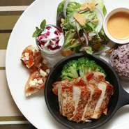 ワンプレートランチ スープ付  ¥980+tax  もち麦雑穀米を使用した 欲張りワンプレートランチ