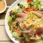 キャンプファイヤーサラダ  ¥850+tax  10種類の素材から作った CF 特製ドレッシングを使用したサラダ