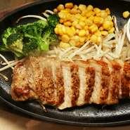 ポークステーキランチセット ライス、スープ付  ¥980+tax  群馬県産 SPF ポークを使用したポークステーキセット  「ジンジャー ソース」「味噌ソース」 の2種類からステーキソースをお選びください。