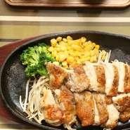 チキンステーキセット ライス、スープ付  ¥980+tax  表面をパリッと焼き上げたチキンステーキセット  「CF ソース」「レモンソース」 の2種類からステーキソースをお選びください。