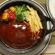 煮込みハンバーグセット ライス、スープ付  ¥1,280+tax  自家製のデミグラスソースで煮込んだ合挽きハンバーグ