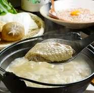 鶏と野菜をじっくりと煮込んだ、コーンスープのような濃厚な白濁濃厚コラーゲンスープベースの水炊き。サムゲタンが発想の原点となった鶏鍋です。日本人の繊細な舌に合った贅沢なお鍋をご堪能下さい。