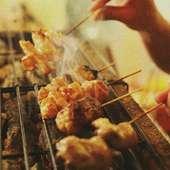 炭の香りが香ばしい。串打ちから焼きまで、職人の技が光る『炭火焼き』