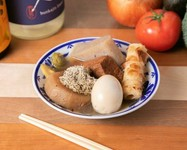 鶏の骨髄から旨味を最大限に引き出すことを追求した出汁を一晩中煮込んだ具材をご堪能下さい。