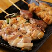 本格炭火焼き。刺身で食べられるほど新鮮な朝引き地鶏を使用した『焼鳥五種盛り』