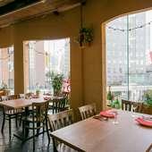景色がよい窓際のテーブル席は、デートや女子会にも最適