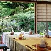 すべての部屋で日本庭園を眺めることができる