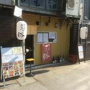 日本橋駅から徒歩3分、堺筋からすぐ道頓堀川沿いにあります。木を基調とした店内でゆっくりとおくつろぎ頂けます。