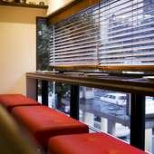 窓際にはデートに人気のカップルシート
