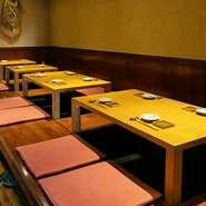 足を伸ばしてゆっくり食事を楽しめる掘りごたつ式の小上がり席は、訪れた人たちの憩いの席。スタッフを含む周囲の人たちとのほど良い距離感が、居心地の良さに繋がります。