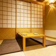 出入口より最も奥まった場所に、座敷の個室が用意されています。畳と障子の和室には趣きがあり、ゆったりとくつろいだ時間を過ごせます。食と会話を楽しみたいときには、ぜひ。