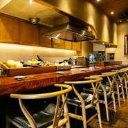 人気の高いカウンター席は、一人一人のスペースが広めに取られています。料理人の立ち居振る舞い、そして料理中に発せられる音や香りなど、すべてを五感で感じとることができます。