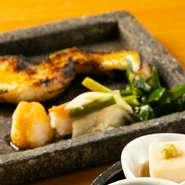 食材の表面はパリッと、身はふっくらと仕上げることができる「炭火」。余分な水分を飛ばし、素材そのものの旨みをギュッと閉じ込めています。