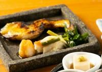 炭火で焼きあげる旬の魚※画像は『銀鱈の西京味噌焼き』