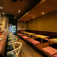 お一人様から家族連れ、デートや接待など幅広い形で利用されている【山人】。広島の味を求めて訪れる方が多く、「おまかせ」で季節の料理を楽しんでいます。